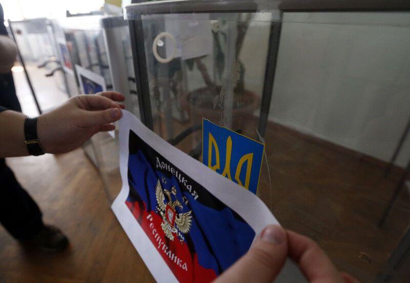 Псевдореферендум на Донбассе проходит под дулом автоматов: террористы уже обещают ввести рубли