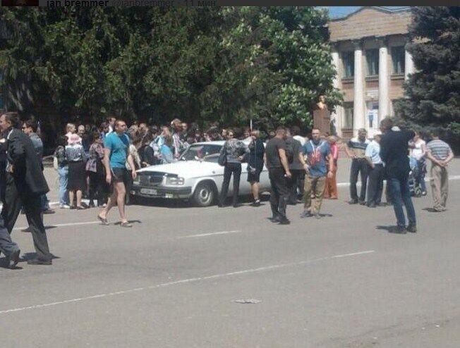 """Референдум по-""""ДНР-івського"""": голосування влаштували прямо в салоні автомобіля"""