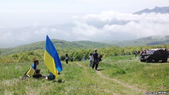 Две тысячи крымских татар поднялись в горы с украинскими флагами