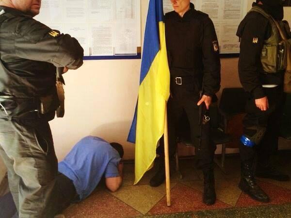 """Батальон """"Донбасс"""" освободил от милиционеров-предателей РОВД на Донетчине"""
