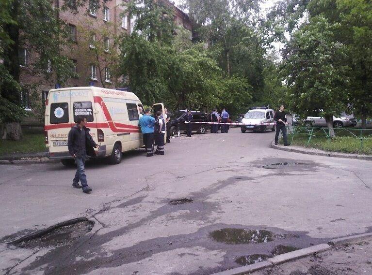 В Киеве неадекватный с ножом ранил двух прохожих