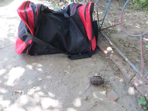 В центре Сум обнаружили спящего мужчину с гранатой в руке