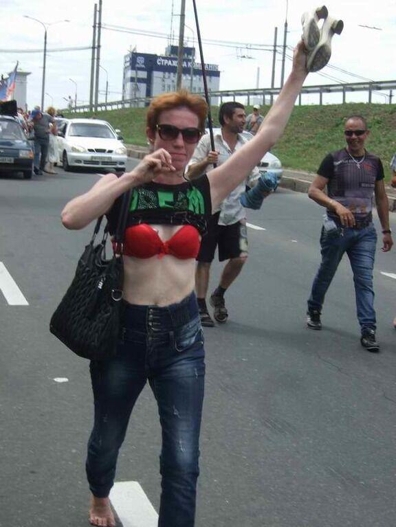 """У Донецьку """"на Ахметова"""" йшли босоніж і з оголеними грудьми. Фотофакт"""