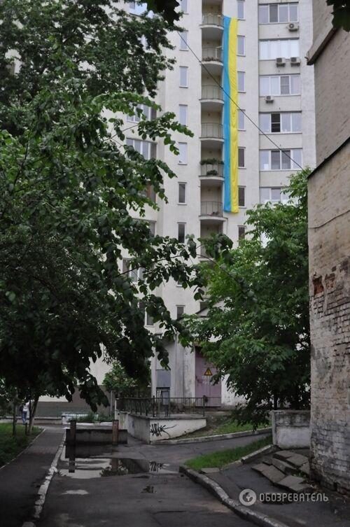 """Киевляне вывесили на высотке """"6-этажный"""" флаг Украины"""