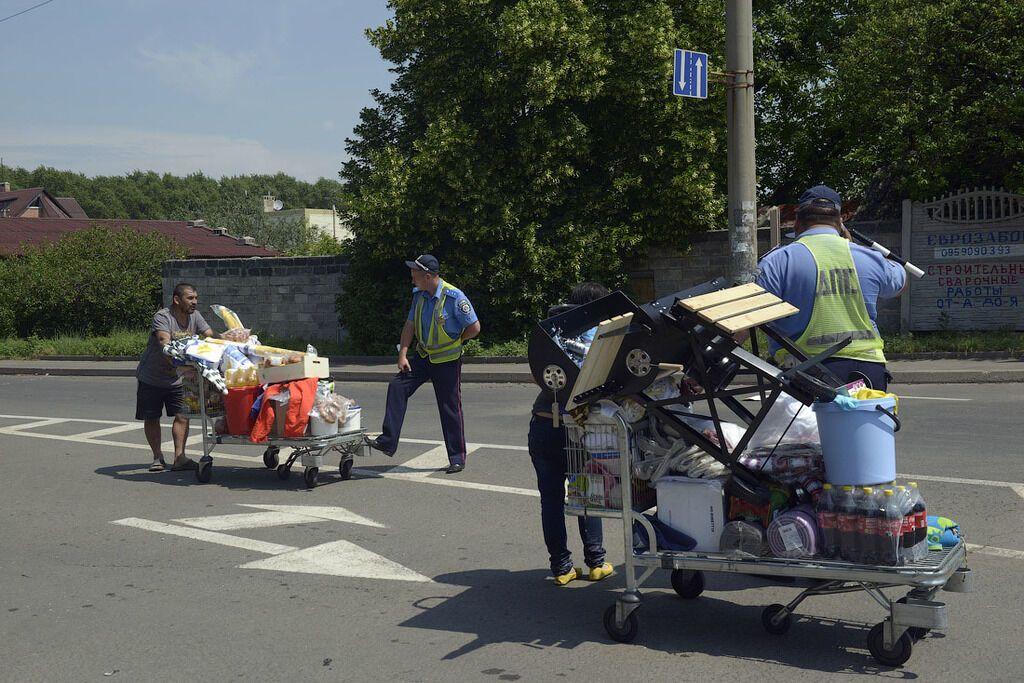 У Донецьку мародери розпивають у винному відділі METRO, а награбоване вивозять візками. Фотофакт