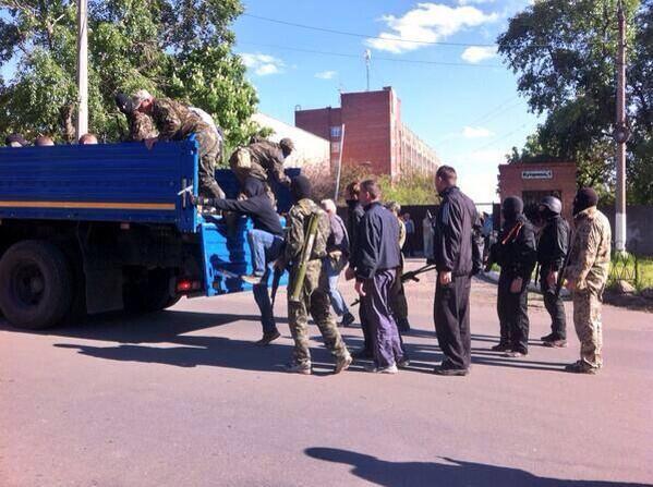 Террористы в Донецке блокируют воинскую часть и военный лицей
