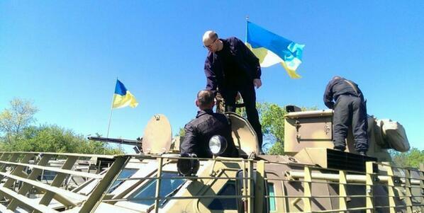 Яценюк передав чотири БТР українським військовим у Слов'янську і пообіцяв ще 38