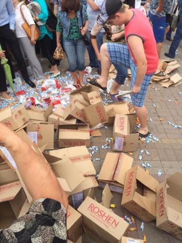 """""""Защищая детей от Порошенко"""", в Донецке на митинге пособники террористов топтали конфеты"""
