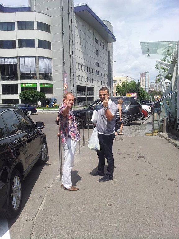 В Киеве мажоры припарковались на переходе и избили блогера