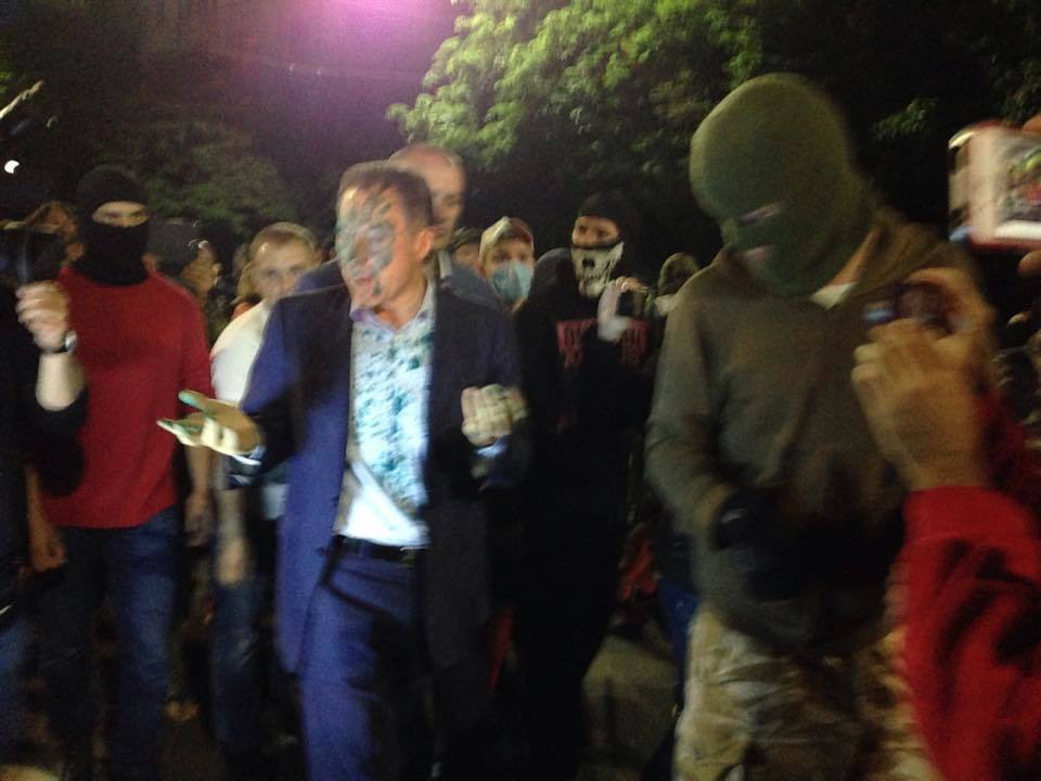Под посольство РФ пришел нардеп Рудьковский, его облили зеленкой
