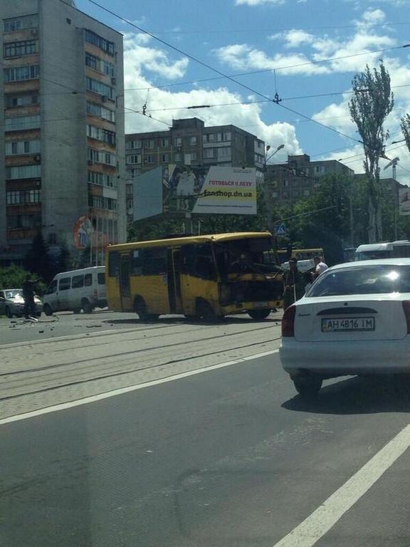 "В Донецке грузовик с террористами ""ДНР"" протаранил маршрутку"