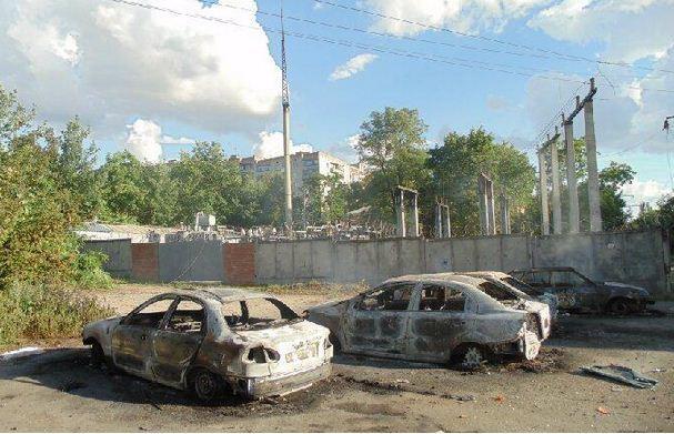 Краматорск после боев: сожженные дотла авто и разрушенные балконы. Фотофакт
