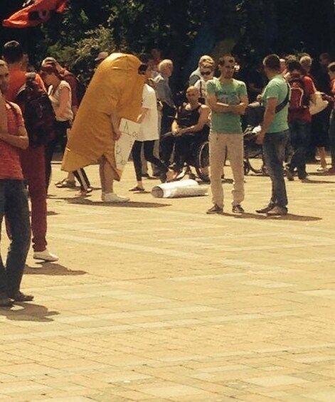 """На митинге под Верховной Радой заметили """"золотой батон"""". Фотофакт"""