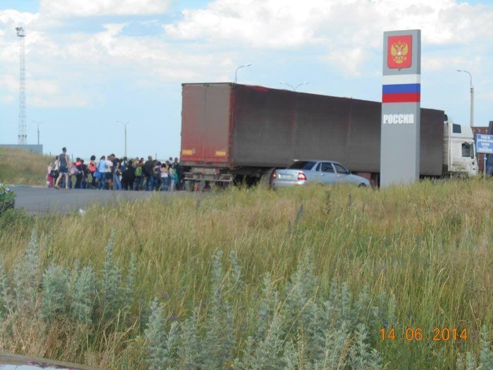 """Луганск массово покидают жители. """"Пробки"""" из людей и машин"""