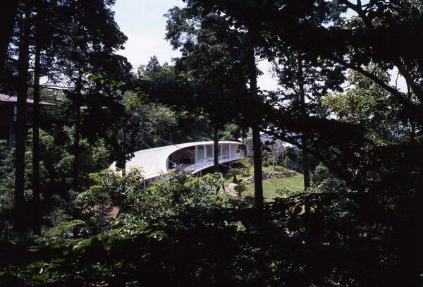 В Японии построили чудной дом-полумесяц