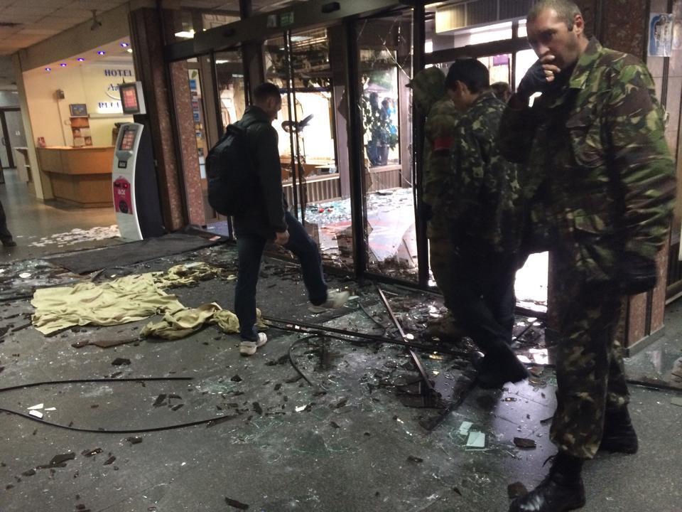 """В Киеве митингующие разнесли входные двери отеля """"Турист"""""""