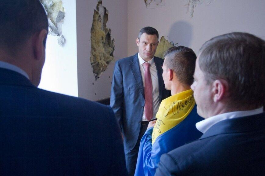 """""""Мэрский"""" кабинет Кличко разрушен до неузнаваемости: разбитые стены и вскрытые полы"""