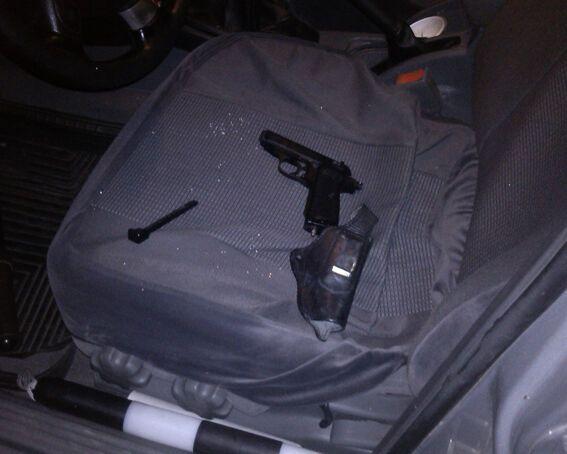 На Житомирщине гаишники задержали автомобиль с кучей спецсредств и патронов
