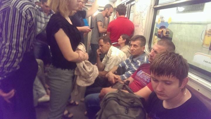 """Пользователи соцсетей возмутились """"гендерным равенством"""" в киевском метро"""