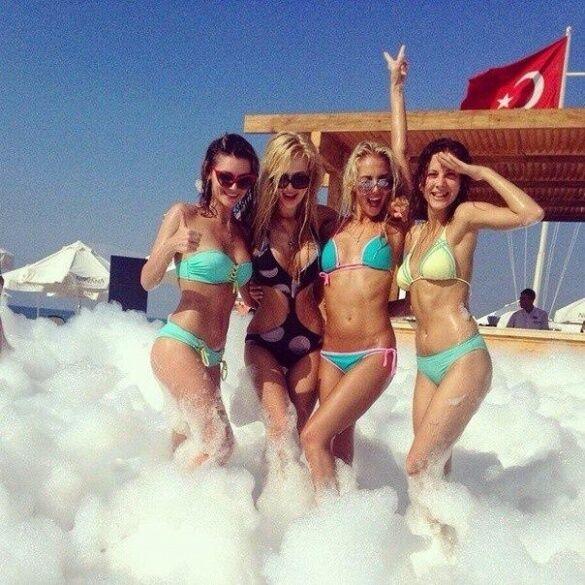 """Девушки из """"ВИА Гры"""" зажгли на пенной вечеринке в Турции"""