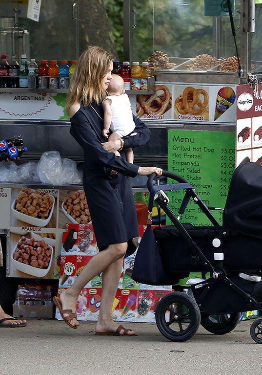 Наталя Водянова вирушила з новонародженим сином в парк
