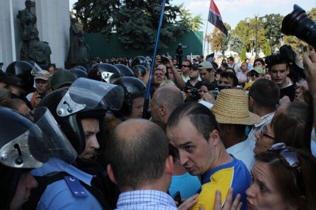 Митингующие под Радой закидали милицию взрывпакетами