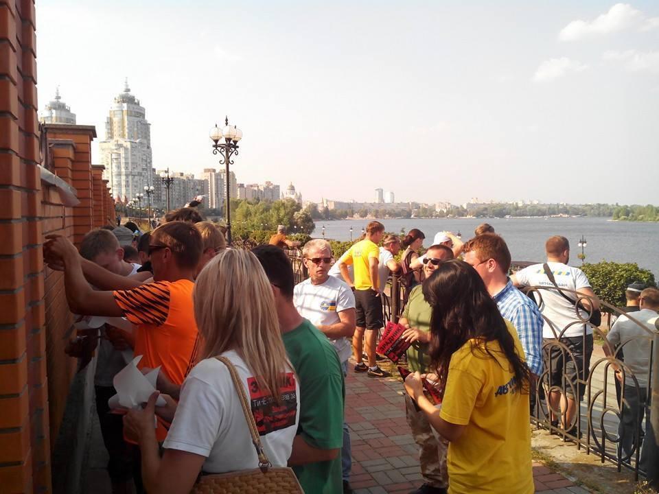 """Особняк Кивалова в Киеве """"украсили"""" шинами"""