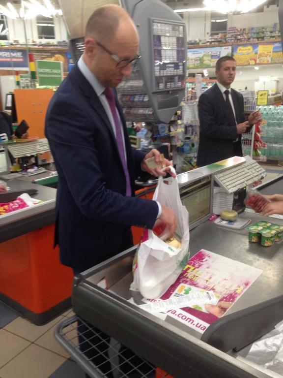 """Яценюка """"поймали"""" на кассе в супермаркете"""