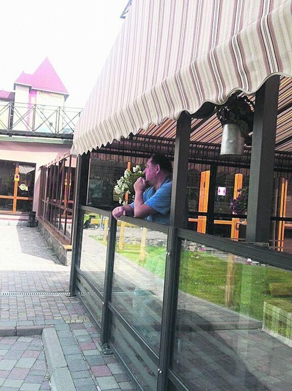 Экс-ректор Мельник отдыхает от судебных дел в Буковеле с двумя женщинами