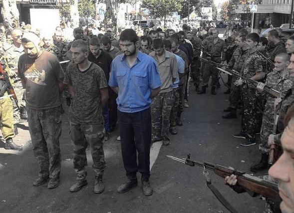 Террористы провели по Донецку пленных украинских воинов