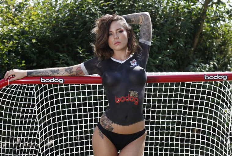 Футбольный клуб представил новую форму на девушке топлес
