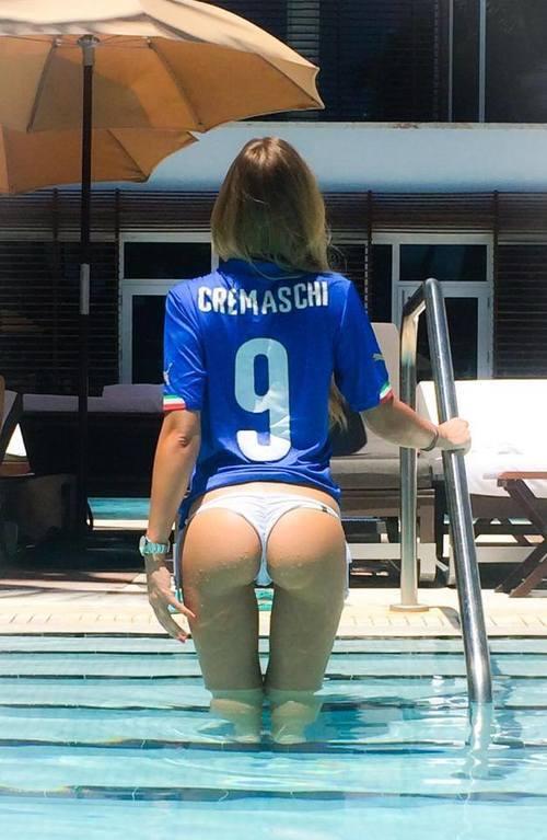 Итальянская болельщица грудью прогнозирует результаты матчей