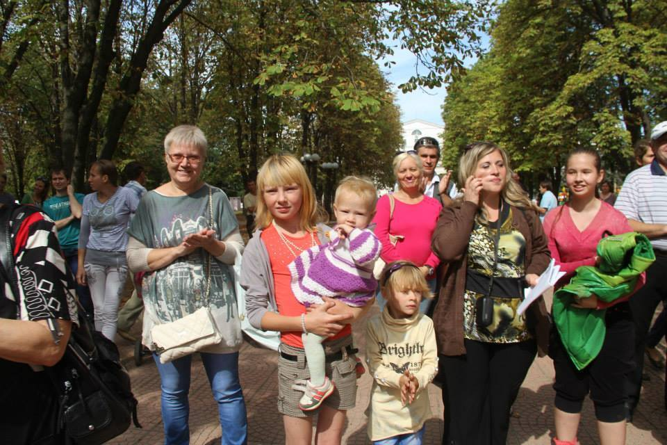 В Луганске жители отметили день города с российскими флагами и в обнимку с боевиками