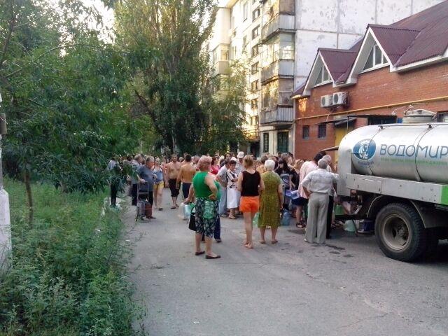Будні Луганська: чавунні праски на плиті, черга з 400 чоловік за водою і відра замість холодильника