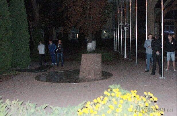 В Одессе активисты уничтожили памятник Кивалову
