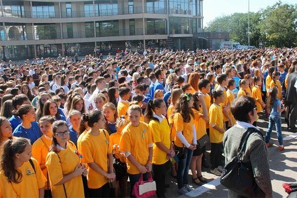 В Херсоне установлен патриотический рекорд: 2,5 тыс. школьников исполнили гимн Украины