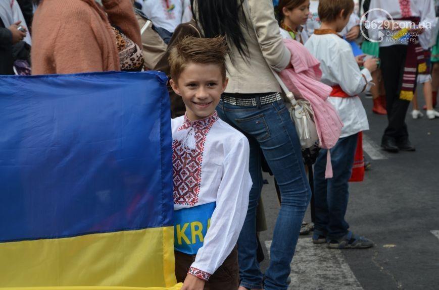 В Мариуполе прошли парады техники и вышиванок