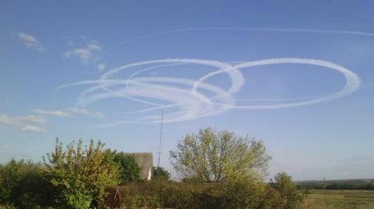 В сети появились фотографии загадочных кругов в небе над Донбассом