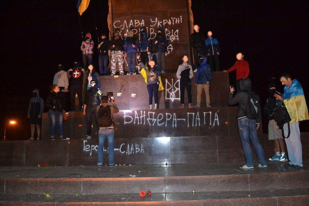 В центре Харькова разрисовали памятник Ленину