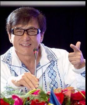 Джеки Чан сфотографировался в вышиванке рядом с украинским флажком