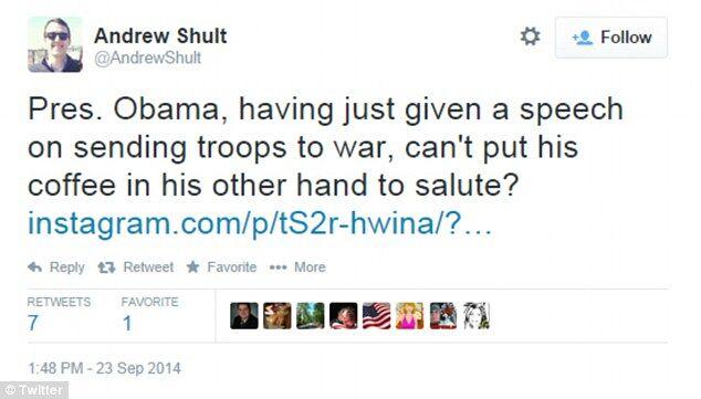 В сети появилось видео, как Обама умудрился отдать честь военным, не выпуская кофе из рук