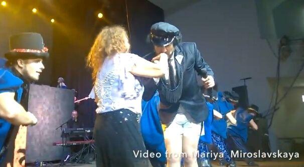 Киркоров на своем концерте раздел прямо на сцене обезумевшую от счастья фанатку