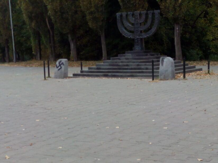 Вандалы нарисовали свастику на памятнике расстрелянным евреям в Бабьем Яру