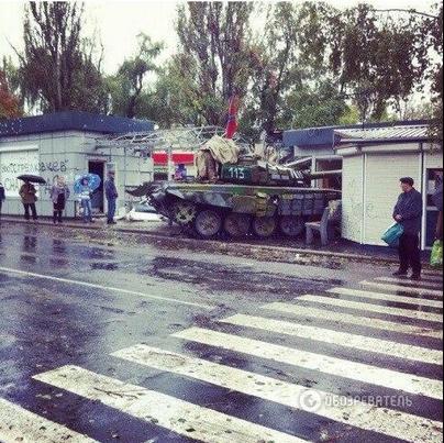 Террористы на танке протаранили торговые павильоны в Донецке. Фотофакт