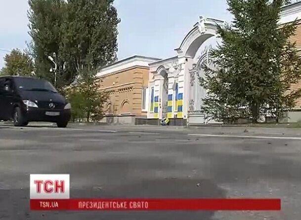 Забор дома Порошенко разрисовали в сине-желтый цвет