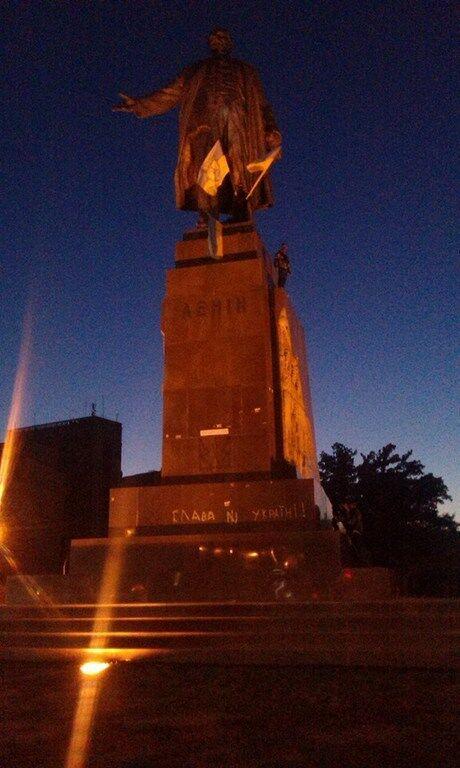 В Харькове сносят памятник Ленину. Прямая трансляция