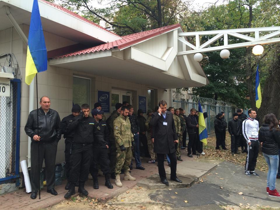 Около тысячи неизвестных пытаются захватить Концерн РРТ в Киеве