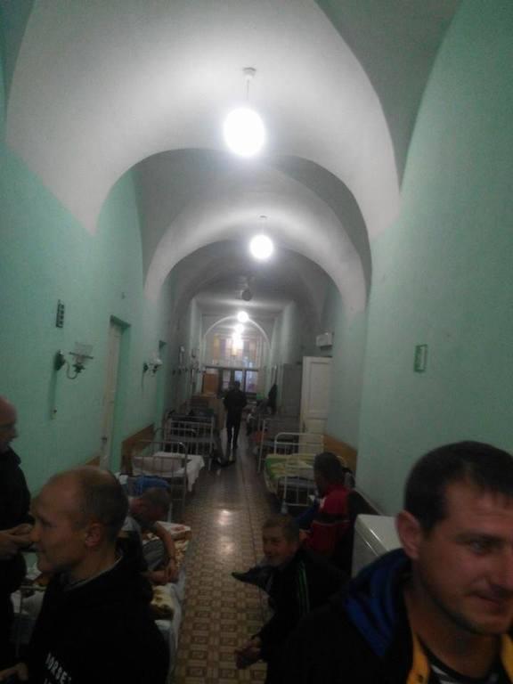 Военный госпиталь в Луцке переполнен: солдаты с ужасными ранами лежат в холодных коридорах