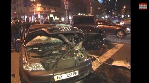 """Водитель """"Мерседеса"""" устроил гонки в центре Киева: 4 человека в больнице. Опубликованы фото аварии"""