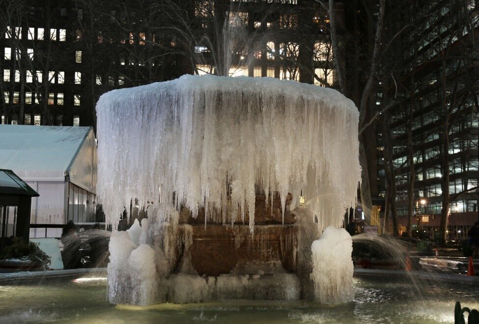 В Нью-Йорке работающие фонтаны превратились в сосульки: опубликованы фото
